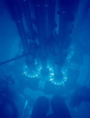 """Tipiškas melsvas Čerenkovo spinduliavimo švytėjimas iš vandenyje patalpinto branduolinio reaktoriaus / """"Wikimedia Commons"""" nuotr."""