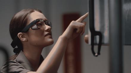 """""""Google Glass"""" prisikėlė: """"Google"""" paskelbė apie naują verslui skirtą versiją"""