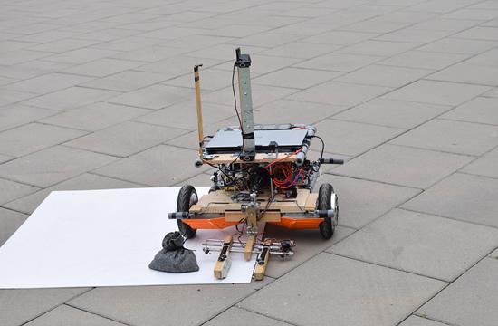 """Robotas """"Hoverbot"""" paėmė aukso maišą, bet jį paleido"""