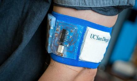 Vėsinimo/šildymo įrenginio, apyrankė–kondicionieriaus prototipas © David Baillot/UC San Diego Jacobs School of Engineering
