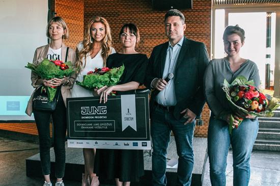 """Konkurso laimėtojai ir jo organizatoriai Raimundas Skurdenis ir """"Structum"""" redaktorė Ignė Dausevičiūtė. Nuotr. autorius K. Kiniulis"""
