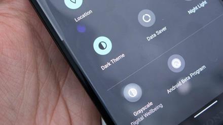 Tamsusis režimas telefone – ar tai gali itin ženklai prailginti baterijos tarnavimo laiką?