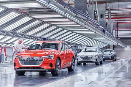 """""""Audi E-Tron"""" gamyba šiek tiek vėlavo, bet problemos nesibaigia © Gamintojo nuotrauka"""