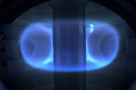 """""""Tokamak Energy"""" iliustr. / Plazmos žiedas reaktoriaus viduje – """"karštosios"""" branduolių sintezės proceso pagrindas"""
