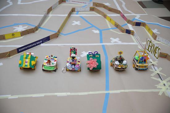 Pirmą kartą Lietuvoje – kompiuteriukų lenktynės: vaikai suprogramuotas mašinėles valdė net telefonais