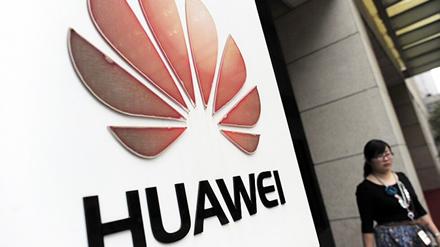 """Pranešama, kad kai kuriuose """"Huawei"""" telefonų užrakinimo ekranuose atsiranda reklamos"""
