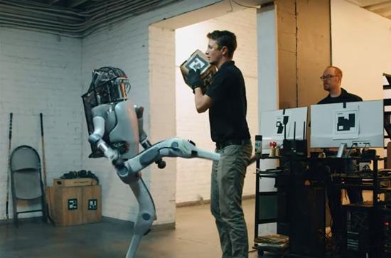 Stopkadras / Tyčinis roboto spyris žmogui – sunkiai įsivaizduojamas veiksmas