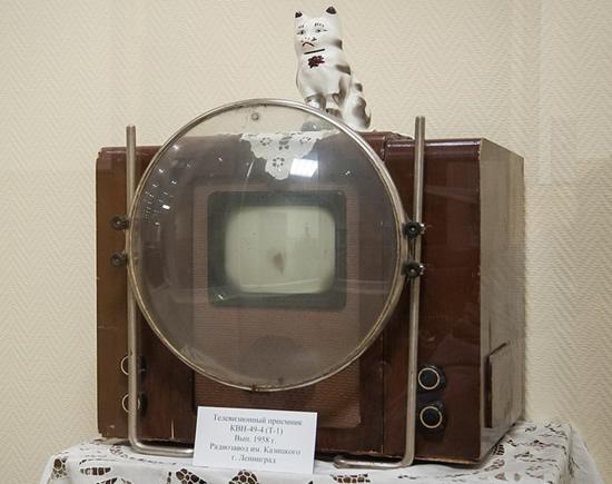 KVN-49 – pirmasis sovietinis masinės gamybos televizorius su vandens disku © Amm789 (CC BY-SA 4.0) | commons.wikimedia.org