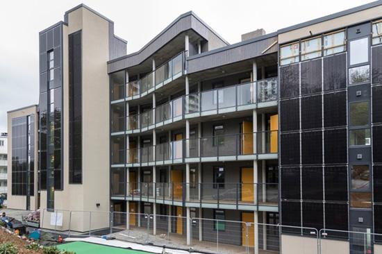 """Pirmasis daugiabutis namas su į fasadą integruota saulės elektrine antrame pagal dydį Norvegijos Bergeno mieste © """"SoliTek"""" nuotr."""