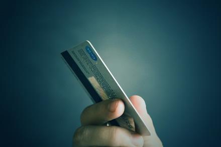 """""""Swedbank"""" leis išsigryninti pinigų ir kioskuose"""