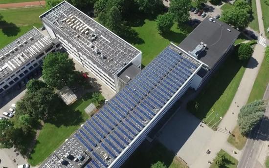 Saules elektrinės ant KTU stogo. © KTU archyvo nuotr.
