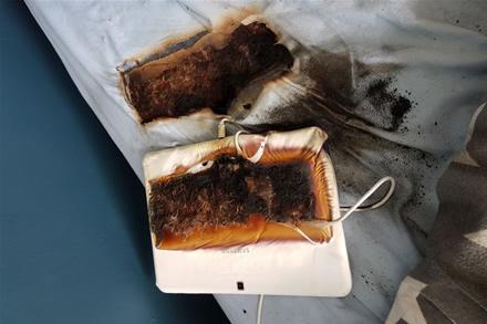 Užsiliepsnojęs ant lovos padėtas planšetinis kompiuteris (nuotr. Sttafordshire Fire and Rescue Service)
