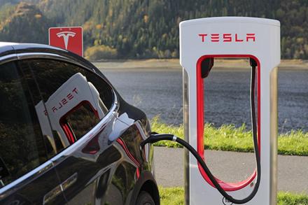 """""""Tesla"""" sumušė rekordą – tokių rezultatų nesitikėjo net Volstryto finansų analitikai"""