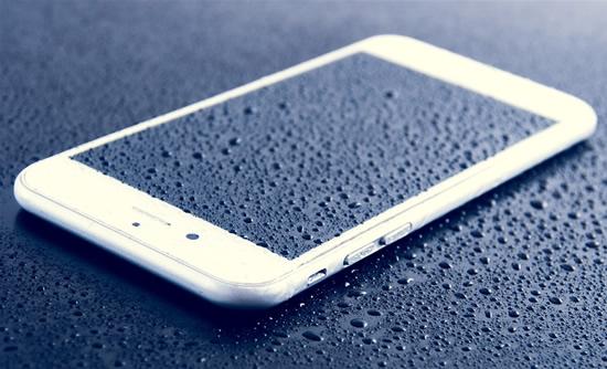 Drąsios reklamos, griežtos garantijos – sušlapinus telefoną, jį remontuoti teks už savo pinigus