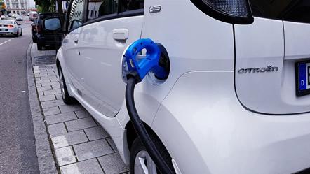 Britai įvedė naujovę: elektromobiliai privalės perspėti pėsčiuosius, kad atvažiuoja