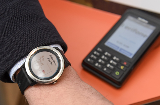 """""""Swedbank"""" pristato atsiskaitymus išmaniaisiais laikrodžiais"""
