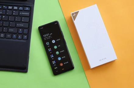 """Pristatytas itin kompaktiškas """"Android"""" išmanusis telefonas – """"Qin 2"""""""