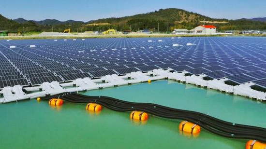 Plaukiojančios saulės elektrinės galėtų gaminti ne tik elektrą, bet ir tiekti gėlą vandenį© 京セラ株式会社 | youtu.be