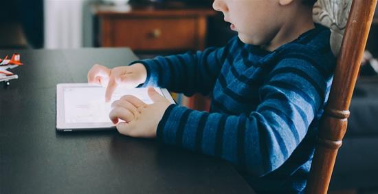 Mokslinis tyrimas parodė, kaip geriausia mokyti mažus vaikus – pamirškite technologijas ir ekranus, tai visiškai neveikia