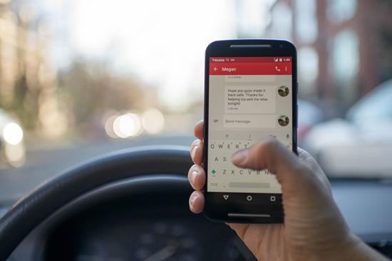 Įpročiai prie vairo: estams rizikingas plepėjimas telefonu – nė motais, atsakingiausiai elgiasi lietuviai