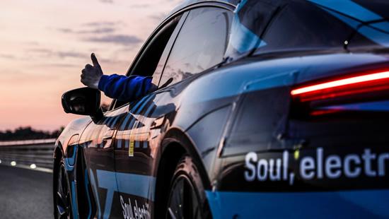"""Artėjant oficialiai """"Porsche Taycan"""" premjerai – vis sudėtingesni ištvermės išbandymai"""