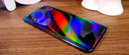 """""""Samsung Galaxy A50"""" sulaukė sistemos atnaujinimo – patobulinta baterija ir pirštų antspaudų jutiklis"""