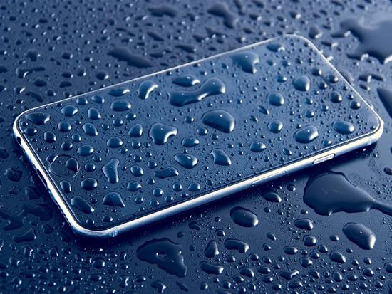 Telefono atsparumas vandeniui: reklaminis triukas ar šedevras
