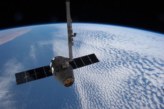 """Grūstis artimajame kosmose: """"SpaceX"""" nenori traukti savo palydovų iš Europos kosmoso agentūros kelio"""