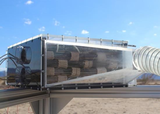 Mikrobangų krosnelės dydžio įrenginys per dieną gali pagaminti penkias stiklines vandens © University of California, Berkeley.