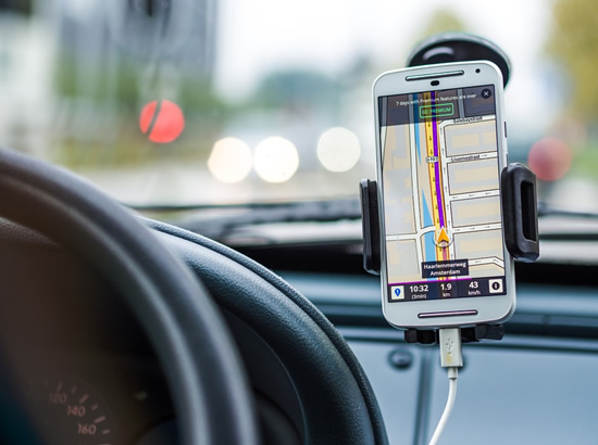 Telefonų keliamas pavojus vairuojant: įžvelgiama nauja tendencija
