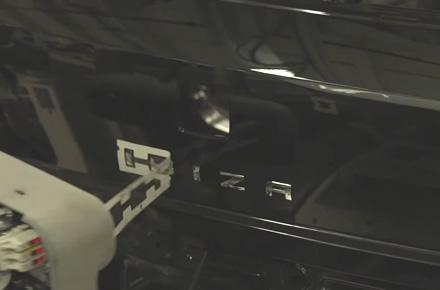 Stopkadras / SEAT gamyklos robotas klijuoja lipdukus