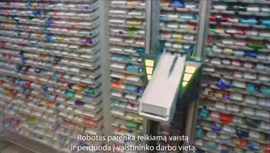 """Robotizuotas vaistininko asistentas. """"YouTube"""" stopkadras."""