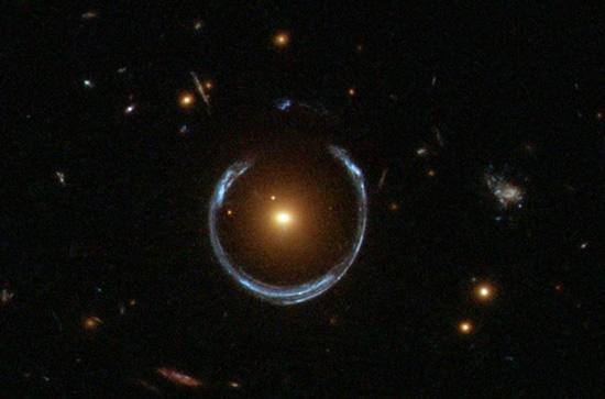 """Gravitacino lešiavimo kuriamas vaizdas © """"Hubble"""", """"Wikimedia Commons"""""""
