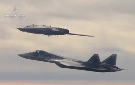 """Pirmame plane yra """"Su-57"""", o tolėliau """"Ochotnik"""". Stopkadras"""