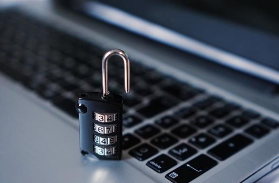 Telefoninių ir internetinių sukčių daugėja, naudojamos įmantresnės taktikos