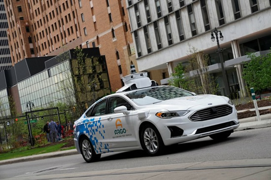 """""""Ford Fusion"""" su autonominės sistemos bokšteliu © Gamintojo nuotrauka"""