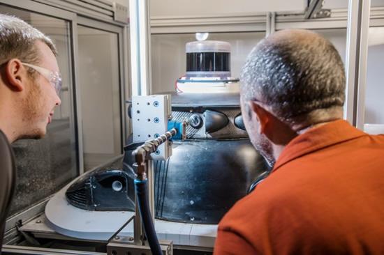 """""""Ford"""" inžinieriai laboratorijoje imitavo vabzdžių smūgius © Gamintojo nuotrauka"""