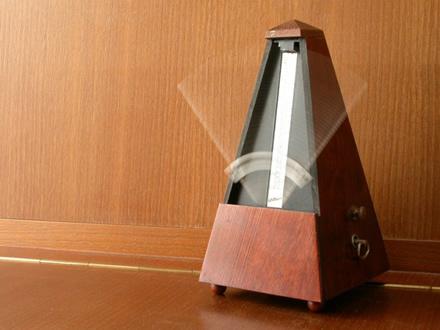 Paprastas metronomas padeda muzikantams, kvantinis - fizikams © Paco from Badajoz (CC BY 2.0) | commons.wikimedia.org