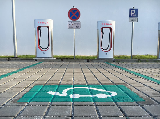 """Ambicingi """"Tesla"""" baterijų planai labai sparčiai artėja prie realybės"""