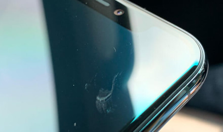 """""""iPhone 11"""" vartotojai skundžiasi be priežasties atsirandančiais ekrano įbrėžimais"""