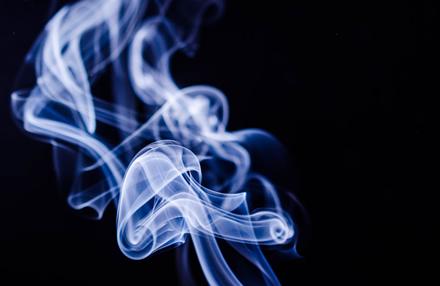 Ištyrė, kokį poveikį sveikatai sukelia elektroninės cigaretės su nikotinu ir be nikotino