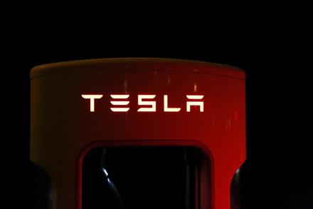 """Pranešama apie audringus """"Tesla"""" ir """"Panasonic"""" santykius"""