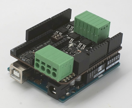 """Apačioje – """"Arduino"""", viršuje – """"POWER SHIELD 6+6 T800"""". Gamintojo nuotr."""