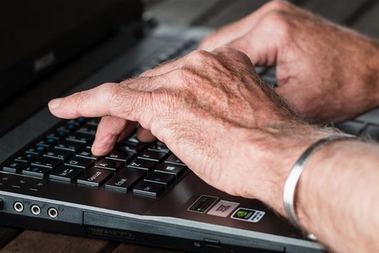 5 būdai padėti jūsų tėvams ir seneliams išvengti apgavysčių internete