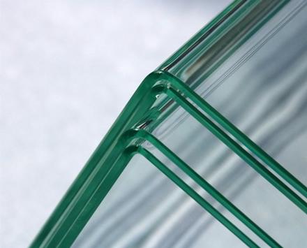 Naujasis metodas buvo panaudotas sulenkti 3 mm storio stiklo lakštams © Fraunhofer'io institutas
