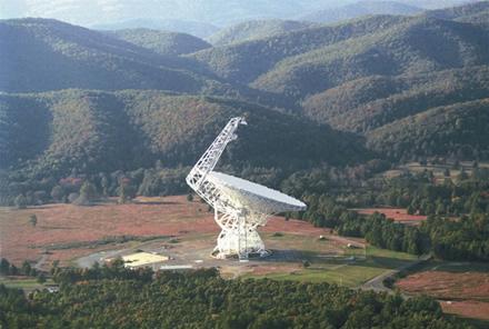 Grynbanko radioteleskopas yra didžiausias tokio tipo vairuojamas teleskopas pasaulyje © NRAO/AUI (CC BY 3.0)   commons.wikimedia.org
