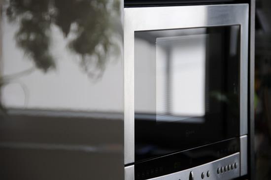 Ar saugu šildant maistą stovėti priešais mikrobangų krosnelę?