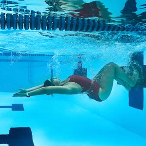 """""""Garmin Swim 2"""": stebėkite savo širdies ritmą net ir po vandeniu"""