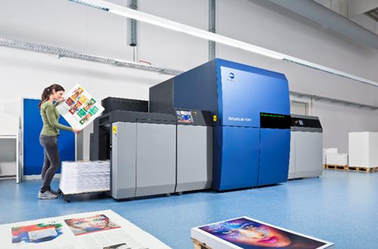 """""""AccurioJet KM-1"""" – pirmasis pasaulyje UV ofsetinis dvipusio spausdinimo presas"""