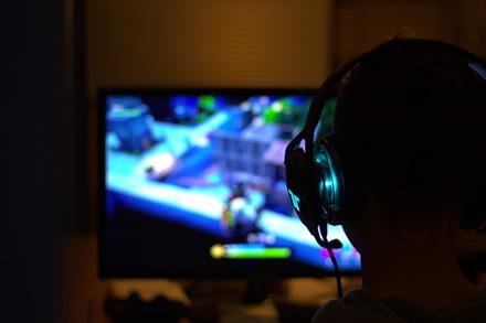 Kinija ketina uždrausti nepilnamečiams žaisti kompiuterinius žaidimus po 22 val.